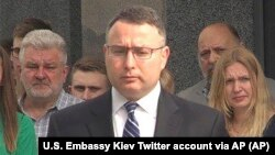 На цьому фото, розміщеному Посольством США в Україні 31 травня 2019 року, Директор з питань Європи Александр Віндман бере участь в церемонії покладання квітів біля меморіалу на честь полеглих військових