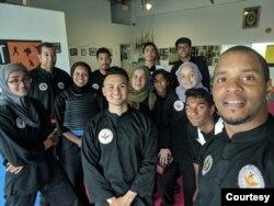 Malik (paling kanan) bersama murid-muridnya. (Foto: UPSF)