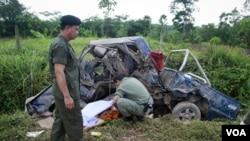Petugas keamanan menutupi mayat seorang pendeta Buddha yang menjadi korban pemboman di propinsi Yala, Thailand selatan (16/5).