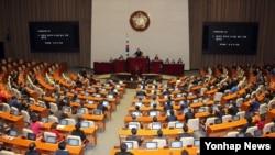 10일 한국 국회에서 열린 340회 국회 제1차 본회의에서 북한의 장거리 미사일 발사 규탄결의안이 상정되고 있다.