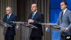 Menlu Turki Mevlut Cavusoglu (tengah) dan Menteri urusan Uni Eropa Turki Omer Celik memberikan keterangan kepada media di Brussels, Kamis (30/6) setelah pertemuan yang membahas keanggotaan Turki dalam Uni Eropa.