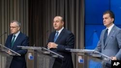 Bộ trưởng Nội vụ Liên hiệp Châu Âu Omer Celik, Bộ trưởng Ngoại giao Thổ Nhĩ Kỳ Mevlut Cavusoglu, và Bộ trưởng Tài chính Thổ Nhĩ Kỳ Agbal Nihat trả lời họp báo tại Brussels, ngày 30/6/2016.