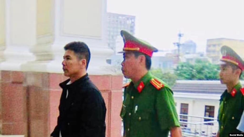 Nhà hoạt động Nguyễn Trung Trực bước vào phiên xử phúc thẩm ở tòa cấp cao Đà Nẵng 26/12/2018. Photo Facebook Nguyễn Văn Miếng
