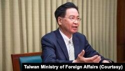 2021年4月28日台灣外交部長吳釗燮接受英國天空電視台駐北京亞洲記者Tom Cheshire的視頻專訪。(圖片來自台灣外交部網站)