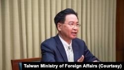 2021年4月28日台湾外交部长吴钊燮接受英国天空电视台驻北京亚洲记者Tom Cheshire的视频专访。(图片来自台湾外交部网站)