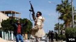 Pria-pria bersenjata anti-Gaddafi berjaga-jaga di pusat kota Zawiyah, sementara pasukan pemerintah berusaha memasuki kota ini, Sabtu (5/3).