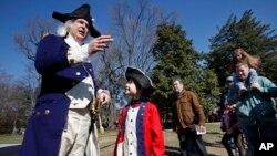 미국에서 '대통령의 날'을 맞아 조지 워싱턴 초대 대통령의 자택이었던 '마운트버논'에서 전통 복장을 한 안내원들이 방문객을 맞고 있다. (자료사진)