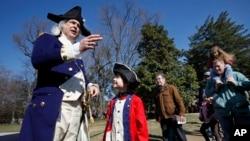 Pria berkostum George Washington (kiri), presiden pertama Amerika Serikat.