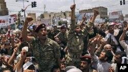 ທະຫານເຢເມັນ ເຂາສົມທົບກັບພວກປະທວງ ຮຽກຮອງໃຫປະທານາທິບໍດີ Ali Abdullah Saleh ລາອອກ ທນະຄອນຫລວງ Sanaa, ວັນທີ 24 ເມສາ 2011.