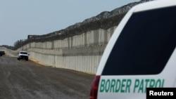 지난 4월 미국 경찰이 캘리포니아주 샌디애고시의 멕시코 국경 지역을 순찰하고 있다.