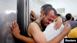 Refah kentinde morgun önünde ölen yakınları için yas tutan Filistinliler