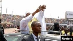 Le président gambien Adama Barrow arrive pour sa cérémonie de prestation de serment coïncidant avec le jour de l'indépendance de la Gambie au stade de l'indépendance, à Bakau, en Gambie, 18 février 2017.