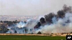 6일 시리아 반정부군이 이스라엘과 시리아 접경지대에 있는 골란고원 통로를 점령한 가운데, 접경 인근 쿠네이트라 마을에서 연기가 솟아오르고 있다.
