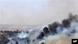 이스라엘과 시리아 접경지대에 있는 골란고원 쿠네이트라 인근에서 전투로 인한 화재로 연기가 솟아오르고 있다. (자료사진)