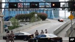 جیکس وِل میں پولیس اہلکاروں نے اس تجارتی مرکز کی جانب جانے والی سڑک بند کر رکھی ہے جہاں فائرنگ ہوئی۔