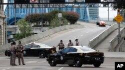 Cảnh sát Florida chặn lối vào cây cầu Main Street gần nơi diễn ra vụ xả súng ở khu giải trí Jacksonville Landing ở thành phố Jacksonville, hôm 26/8/2018.