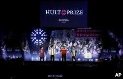 Tim Rutopia menyampaikan pendapatnya pada dewan juri pada Final Hult Prize 2019 di PBB, 14 September 2019 di New York. (Foto: AP/Jason Decrow)