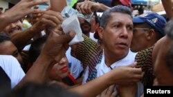 """El candidato presidencial venezolano Henri Falcón del partido """"Avanzada Progresista"""" saluda a simpatizantes durante un mitin de campaña en Turmero, Venezuela, el 9 de mayo de 2018."""