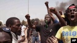 Des manifestants dénonçant le putsch à Ouagadougou