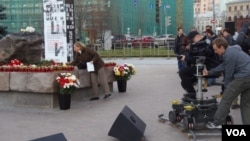 """""""纪念碑""""组织2013年10月29日在莫斯科的联邦安全局大楼前广场举行活动,大年斯大林政治迫害中的受难者。"""