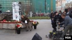 """""""紀念碑""""組織2013年10月29日在莫斯科的聯邦安全局大樓前廣場舉行活動,紀念斯大林政治迫害中的受難者。"""