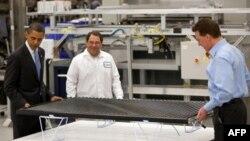 TT Obama cho biết Bộ Năng lượng đang dùng 2 tỉ đô la trong kế hoạch phục hồi kinh tế để giúp cho hai công ty năng lượng mặt trời.