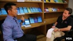Thông tín viên đài VOA Steve Herman ở Yangon nói chuyện với ông Min Zaw Oo, giám đốc về thương lượng và thực thi ngưng bắn tại Trung tâm Hoà bình Myanmar.