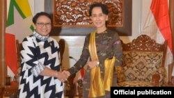 Menteri Luar negeri RI Retno Marsudi (kiri) saat bertemu Pemimpin Myanmar Aung San Suu Kyi di Myanmar, Senin 4 Sept 2017.