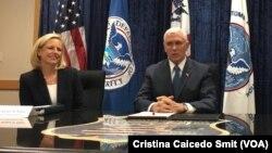El vicepresidente de EE.UU., Mike Pence, (derecha) y la secretaria de Seguridad Nacional, Kristjen Nielsen, en el centro de capacitación de la Agencia de Protección de Fronteras y Aduanas, CBP, el miércoles, 13 de marzo de 2019.