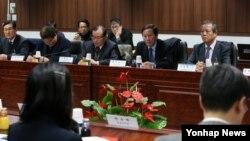 한국 정부가 10일 북한의 일방적인 임금인상 조치를 따르는 개성공단 입주기업은 제재한다는 방침을 세운 것으로 전해졌다. 지난 5일 서울 세종로 정부서울청사에서 북한이 개성공단 북측 근로자의 임금 인상을 일방적으로 통보한 데 대한 대책회의가 열리고 있다.