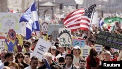 Decenas de personas marcharon este miércoles frente al Capitolio para exigir una pronta aprobación de la reforma migratoria.