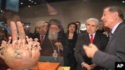 Ο Πρόεδρος Χριστόφιας, ο Αρχιεπίσκοπος Δημήτριος, και η υπουργός Κοζάκου -Μαρκουλή ξεναγούνται στην έκθεση.