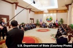ລັດຖະມົນຕີການຕ່າງປະເທດ ສະຫະລັດ ທ່ານ John Kerry ໂອ້ລົມກັບ ນາຍົກລັດຖະມົນຕີ ທ່ານ ທອງສິງ ທຳມະວົງ ໃນລະຫວ່າງການເລີ່ມກອງປະຊຸມສອງຝ່າຍ ທີ່ທຳນຽບລັດຖະບານ ໃນນຄອນຫຼວງວຽງຈັນ. ລາວ. 25 ມັງກອນ 2016.