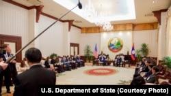 美国国务卿克里访问老挝与老挝总理坦马冯举行双边会谈。(2016年1月25日)