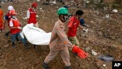 7일 방글라데시 건물 붕괴 희생자를 운반 중인 구조대원들.