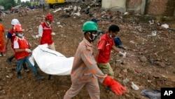 Lực lượng cứu hộ khiêng thi thể một nạn nhân ra khỏi đống đổ nát của tòa nhà bị sập ở Savar, Bangladesh, ngày 7/5/2013.