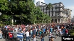 Para demonstran dari kubu pro dan anti pemerintah saling bentrok dalam unjuk rasa di tengah pandemi virus corona di Havana, Kuba, Minggu, 11 Juli 2021. (Foto: Reuters)