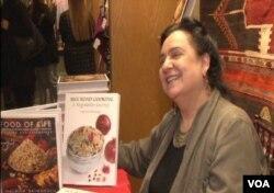 نجمیه باتمانقلیچ، سرآشپز و نویسنده شناخته شده در جشن نوروز موزه «فریر و سکلر» کتابهایش را امضاء کرد