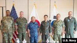 Dari kiri: Komandan Pasukan AS-Korea, Jenderal Vincent K. Brooks, Pimpinan Kepala Staf Gabungan, AS Jenderal Joseph F. Dunford Jr., Kepala Staf Angkatan Bela Diri Jepang Katsiroshi Kawano, Kepala Staf Gabungan Korea Utara Jenderal Jeong Kyeong-doo, Komandan Komando Pasifik AS (USPACOM) Adm Harry Harris, dan Komandan Pasukan AS Jepang Letnan Jenderal Jerry P. Martinez berkumpul untuk pertemuan trilateral di markas USPACOM, 29 Oktober 2017.