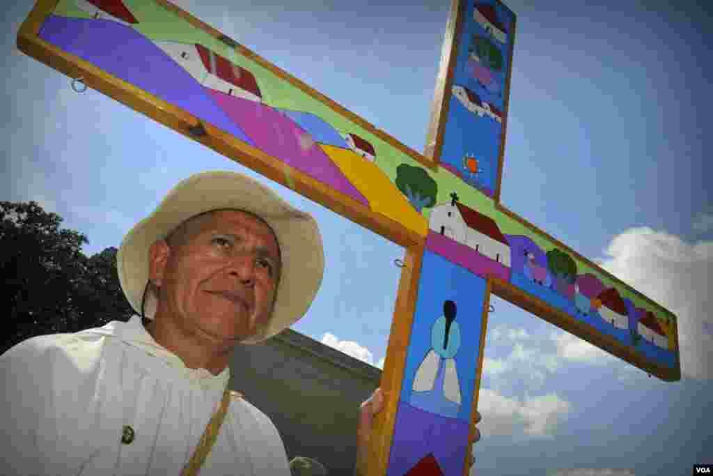 Монах-католик с крестом