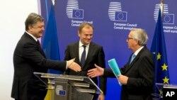 Петр Порошенко, Дональд Туск и президент Европейской Комиссии Жан-Клод Юнкер