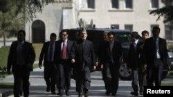 Tổng thống Afghanistan Hamid Karzai trên đường đến một cuộc họp báo ở Kabul