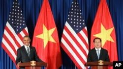 바락 오바마(왼쪽) 미국 대통령과 쩐 다이 꽝 베트남 국가주석이 23일(현지시간) 베트남 하노이에서 진행된 정상회담 직후 공동기자회견을 열고 있다.