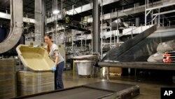 一位UPS雇员在美国肯塔基州路易斯维尔的UPS世界港枢纽工作。(资料照)