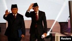 Capres No. 02 Prabowo Subianto (kiri) bersama Cawapres Sandiaga Uno melambai kepada hadirin sebelum acara Debat Capres perdana, Kamis malam (17/1).