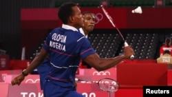 Pebulutangkis Godwin Olofua dan Anuoluwapo Opeyori dari Nigeria beraksi dalam pertandingan melawan Vladimir Ivanov di ajang Olimpiade. (Foto: Reuters)