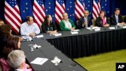 美国总统奥巴马(右三)参加阿拉斯加环境会议。 (2015年8月31日)