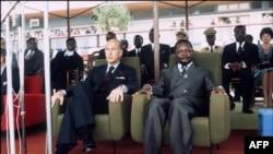 Le président français Valery Giscard d'Estaing et le président de la République centrafricaine Jean-Bedel Bokassa assistent à une cérémonie à Bangui, lors de la visite officielle du président français, le 5 mars 1975.