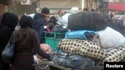 مشرقی حلب کے رہائشی شہر چھوڑنے کے لیے بسوں کے منتظر ہیں۔ 15 دسمبر 2016