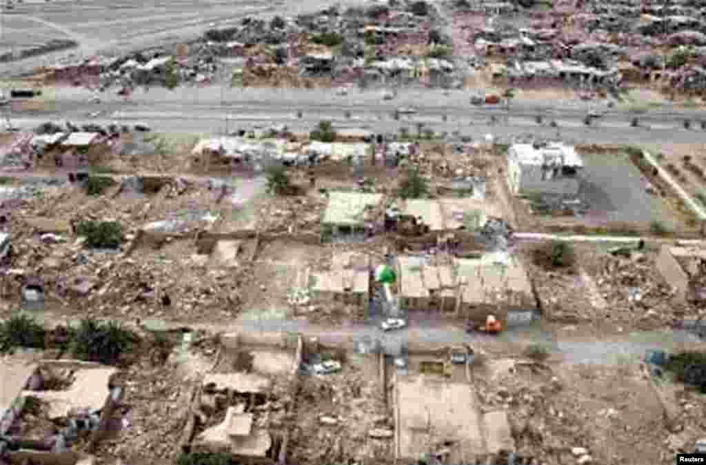 Nhà cửa bị hư hại vì động đất tại thị trấn Bushehr ở Iran. Một trận động đất mạnh tàn phá những ngôi làng nhỏ, gần nhà máy điện hạt nhân duy nhất của Iran, làm hơn 30 người thiệt mạng và hơn 800 người bị thương
